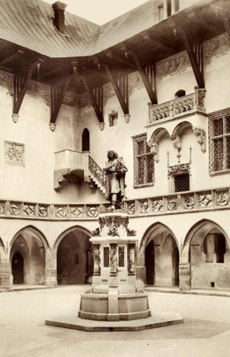 1491 W Polskim więc mieście i na Polskiej ziemi urodził się Kopernik. Na Polskiej tez ziemi odebrał wykształcenie i nauki, które go tak sławnym uczyniły.Kopernik studiował w słynnym podówczas na całą Europę uniwersytecie w Krakowie. W dwudziestym bowiem roku życia swego oddany do Akademii Krakowskiej, skarbił sobie tu zasoby wiedzy i umiejętności, z których nadzwyczajną bystrością rozumu swego jak tez usilną praca, utworzył dzieło dotąd niesłychane.